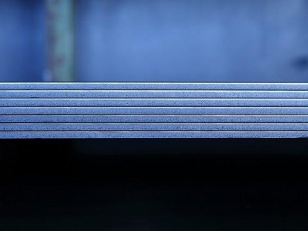 Crni lim prije laserskog rezanja čuva se na skladištu